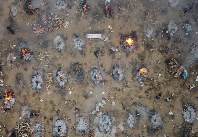 Lò hỏa táng Ấn Độ vỡ trận, thi thể nạn nhân Covid-19 nằm la liệt trên đường - 6