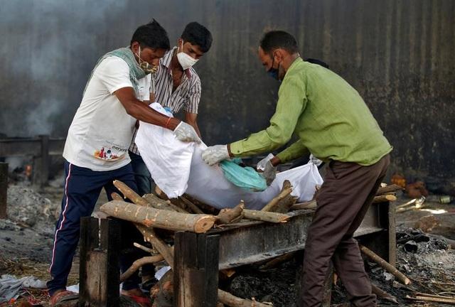 Lò hỏa táng Ấn Độ vỡ trận, thi thể nạn nhân Covid-19 nằm la liệt trên đường - 8