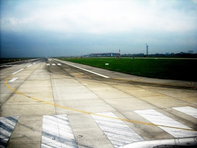 Sân bay Tân Sơn Nhất phải đóng cửa đường băng vì sét đánh bật bê tông - 1