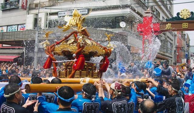 Lễ hội té nước lớn nhất Nhật Bản thu hút nửa triệu người xem mỗi năm - 2