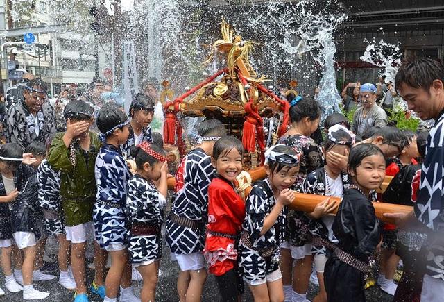 Lễ hội té nước lớn nhất Nhật Bản thu hút nửa triệu người xem mỗi năm - 3