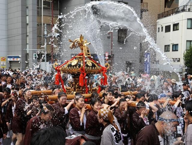 Lễ hội té nước lớn nhất Nhật Bản thu hút nửa triệu người xem mỗi năm - 4