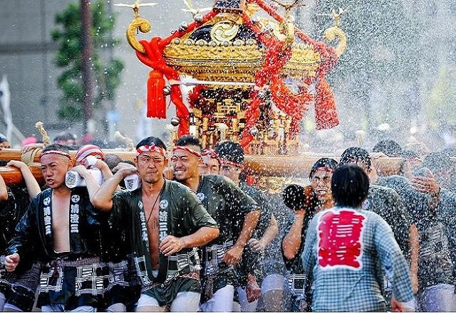 Lễ hội té nước lớn nhất Nhật Bản thu hút nửa triệu người xem mỗi năm - 1
