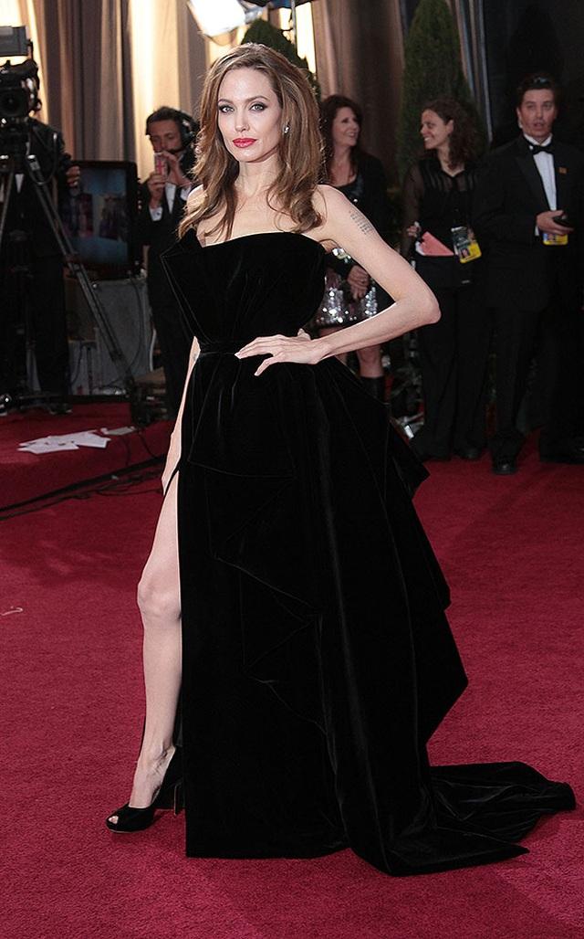 Angelina Jolie và loạt mỹ nhân khoe dáng gợi cảm trên thảm đỏ Oscar - 1