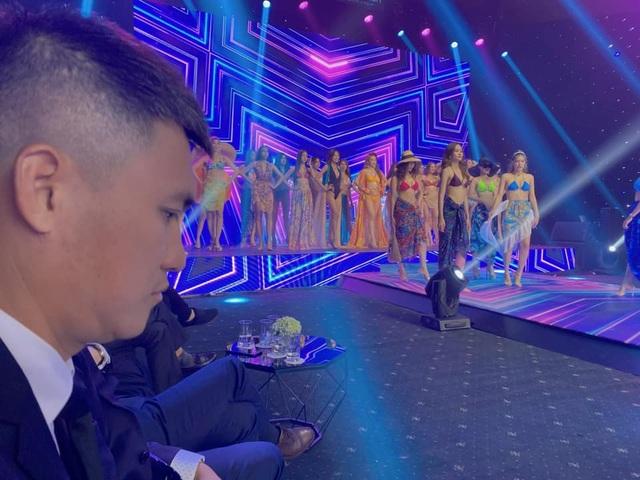 Biểu cảm đáng yêu của Công Vinh khi cùng Thủy Tiên xem trình diễn bikini - 1