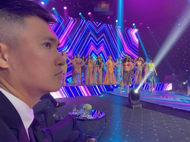 Biểu cảm đáng yêu của Công Vinh khi cùng Thủy Tiên xem trình diễn bikini - 2