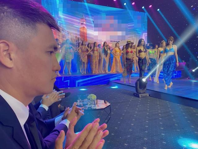 Biểu cảm đáng yêu của Công Vinh khi cùng Thủy Tiên xem trình diễn bikini - 3