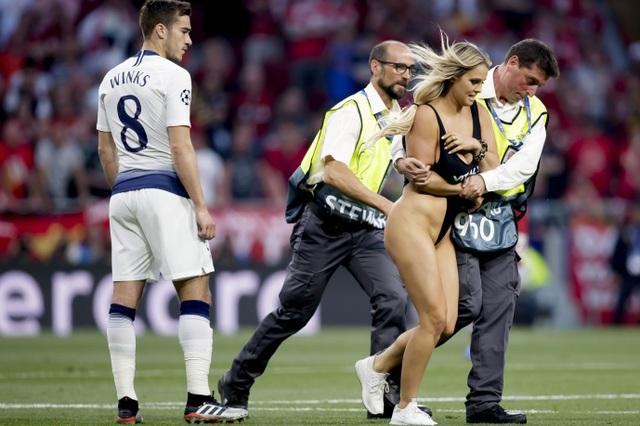 Wolanski không hối hận với màn ăn mừng hở hang tại Champions League - 2