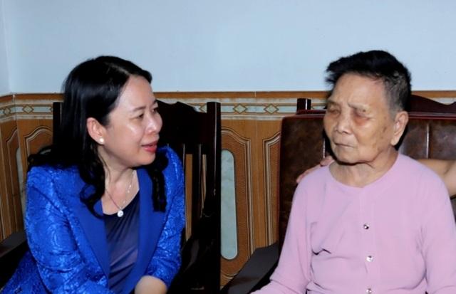Phó Chủ tịch nước Võ Thị Ánh Xuân thăm, tặng quà gia đình chính sách - 2