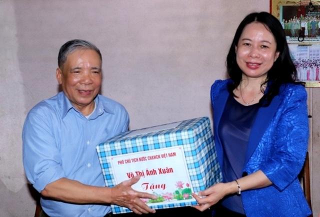 Phó Chủ tịch nước Võ Thị Ánh Xuân thăm, tặng quà gia đình chính sách - 3
