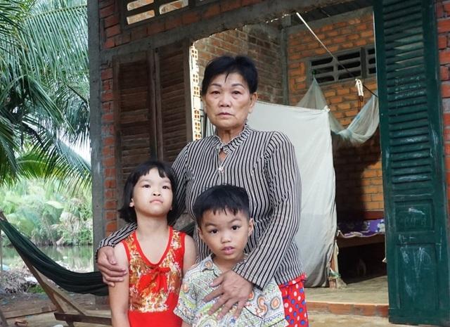 Thương ba đứa trẻ tá túc trong căn nhà bỏ hoang không được đến trường - 2