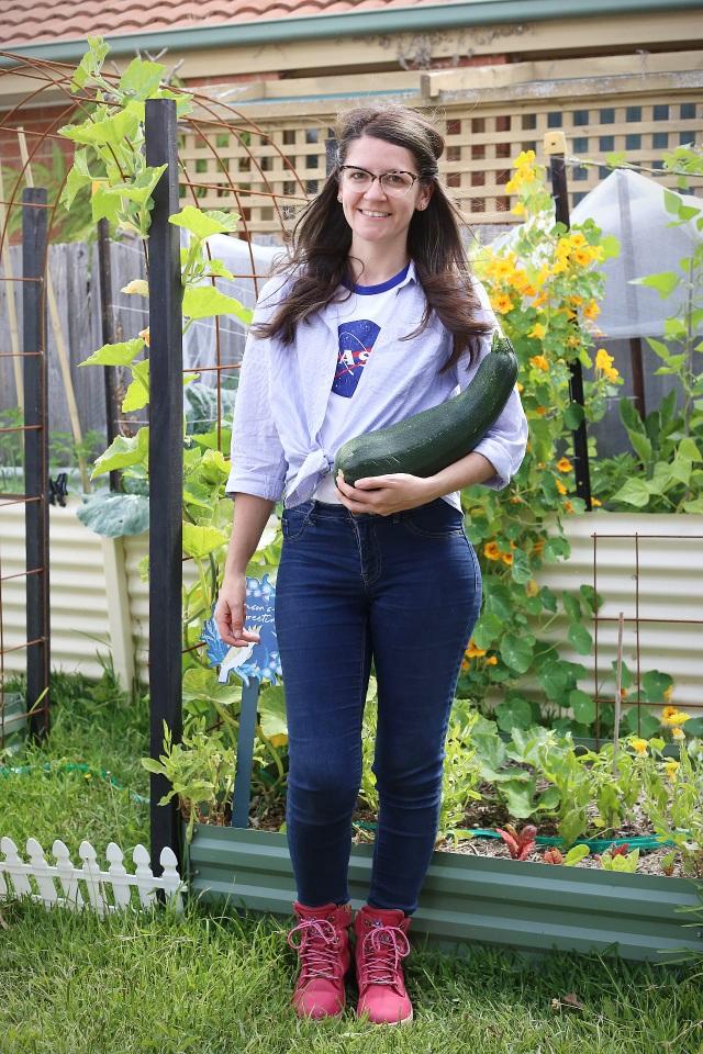 Rau tươi, trái ngọt trĩu trịt trong vườn nhà của cô gái ở Australia - 1