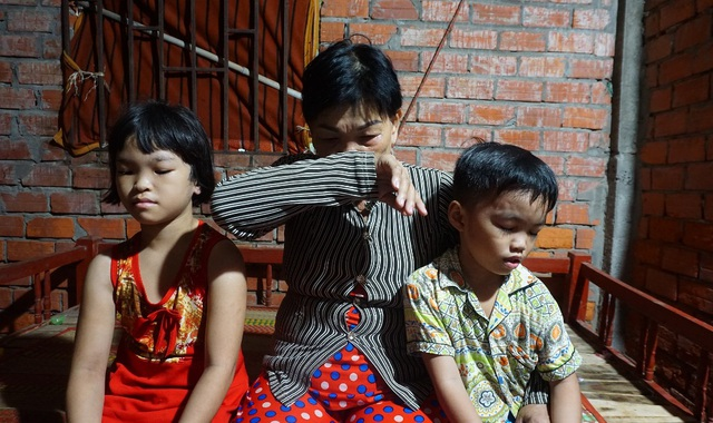 Thương ba đứa trẻ tá túc trong căn nhà bỏ hoang không được đến trường - 1