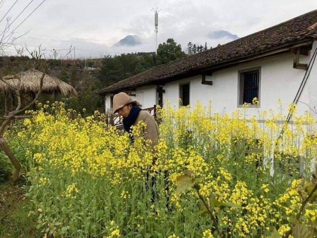 Chán cuộc sống phố thị, cô gái lên núi làm căn nhà nhỏ ngập hoa lá - 12