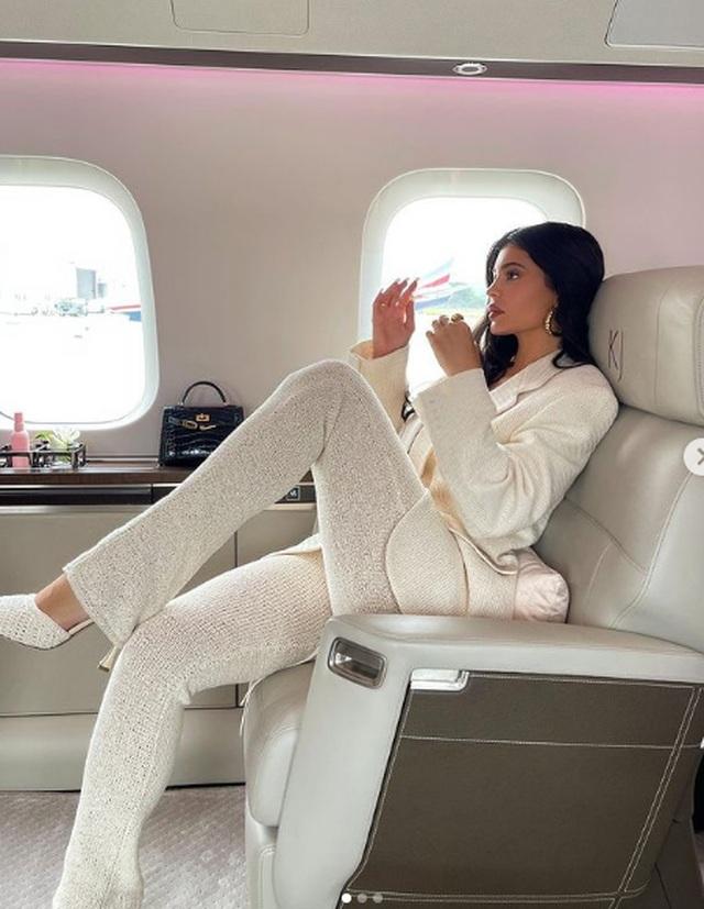 Kylie Jenner mặc áo thủng lỗ chỗ, khoe ngực căng đầy - 9