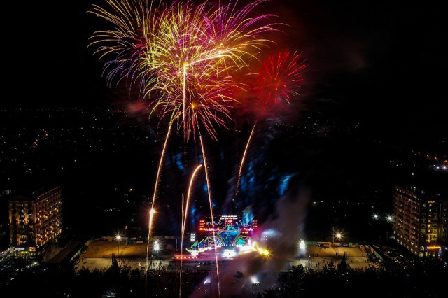 Biển người chen chúc xem bắn pháo hoa tại thành phố Sầm Sơn - 7