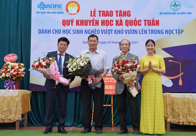 Trao tặng 350 triệu đồng giúp học sinh nghèo quê hương anh hùng Phạm Tuân - 2