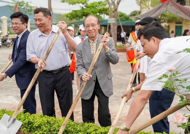 Trao tặng 350 triệu đồng giúp học sinh nghèo quê hương anh hùng Phạm Tuân - 7