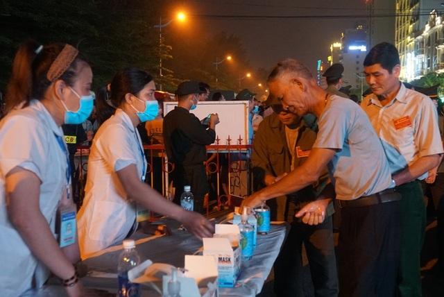 Biển người chen chúc xem bắn pháo hoa tại thành phố Sầm Sơn - 6
