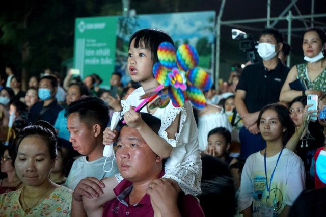 Biển người chen chúc xem bắn pháo hoa tại thành phố Sầm Sơn - 5