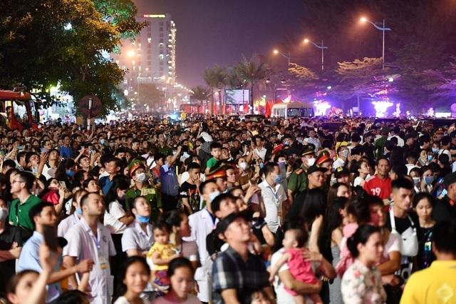 Biển người chen chúc xem bắn pháo hoa tại thành phố Sầm Sơn - 4