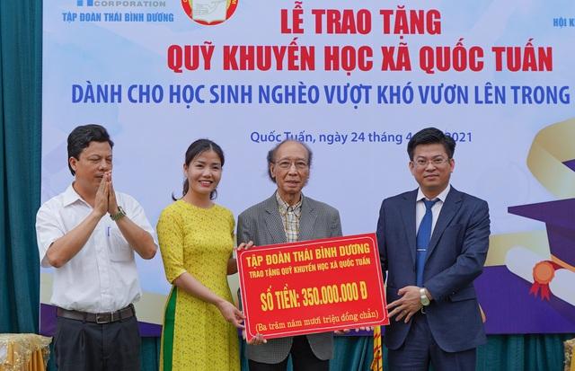 Trao tặng 350 triệu đồng giúp học sinh nghèo quê hương anh hùng Phạm Tuân - 1