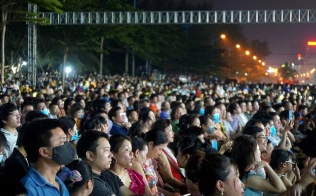 Biển người chen chúc xem bắn pháo hoa tại thành phố Sầm Sơn - 3