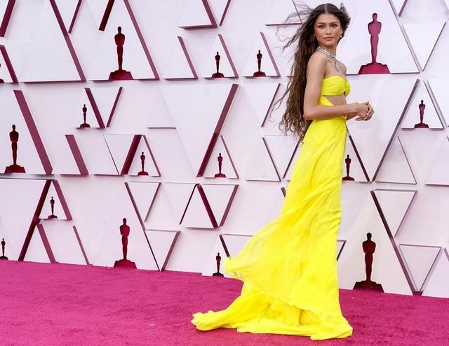 Minh tinh Hollywood mặc váy khoe ngực phẳng lì trên thảm đỏ Oscar 2021 - 6