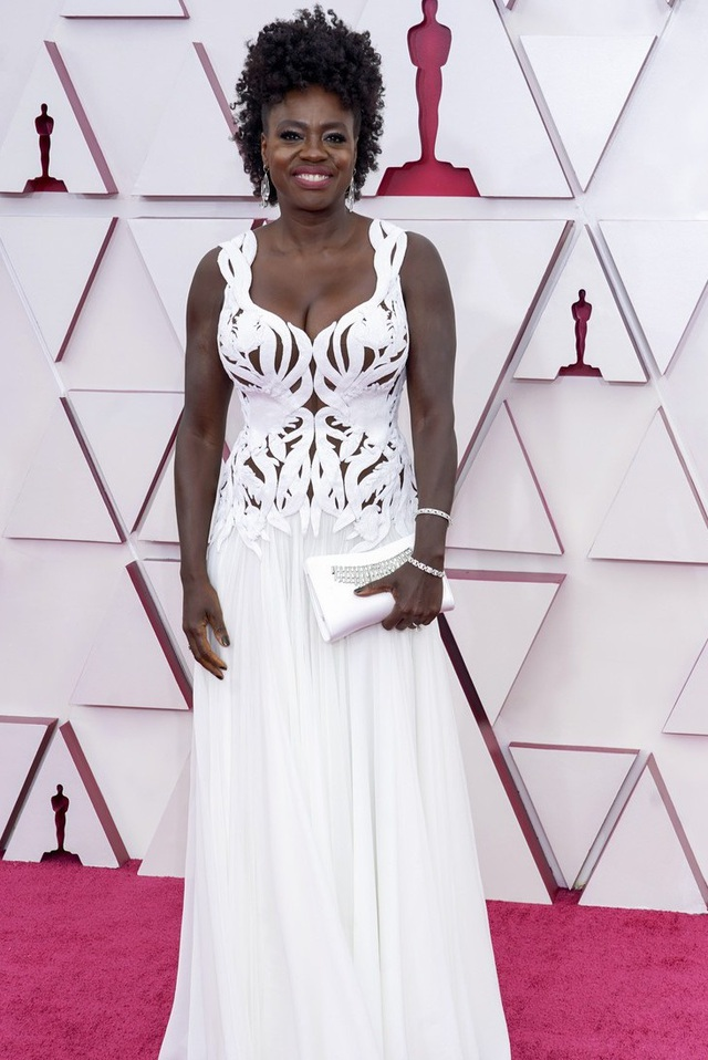 Minh tinh Hollywood mặc váy khoe ngực phẳng lì trên thảm đỏ Oscar 2021 - 24
