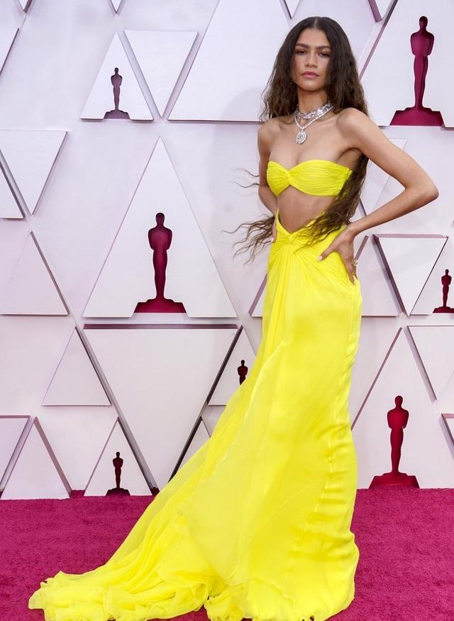 Minh tinh Hollywood mặc váy khoe ngực phẳng lì trên thảm đỏ Oscar 2021 - 7