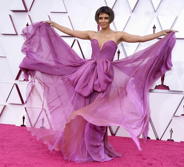 Minh tinh Hollywood mặc váy khoe ngực phẳng lì trên thảm đỏ Oscar 2021 - 11
