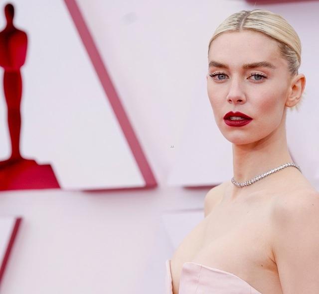 Minh tinh Hollywood mặc váy khoe ngực phẳng lì trên thảm đỏ Oscar 2021 - 2