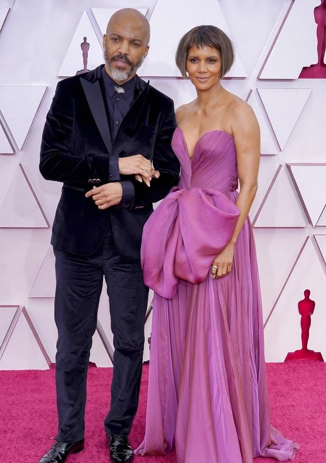 Minh tinh Hollywood mặc váy khoe ngực phẳng lì trên thảm đỏ Oscar 2021 - 10