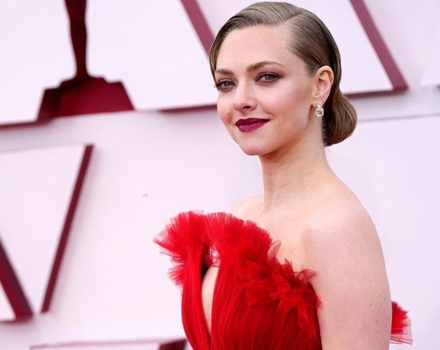 Minh tinh Hollywood mặc váy khoe ngực phẳng lì trên thảm đỏ Oscar 2021 - 22