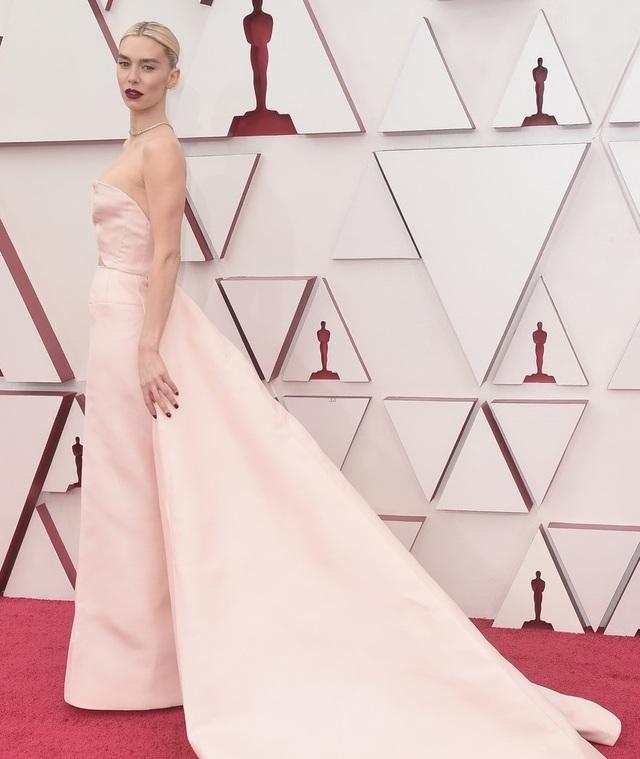 Minh tinh Hollywood mặc váy khoe ngực phẳng lì trên thảm đỏ Oscar 2021 - 1