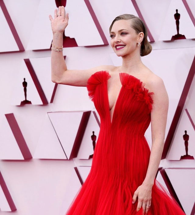 Minh tinh Hollywood mặc váy khoe ngực phẳng lì trên thảm đỏ Oscar 2021 - 20
