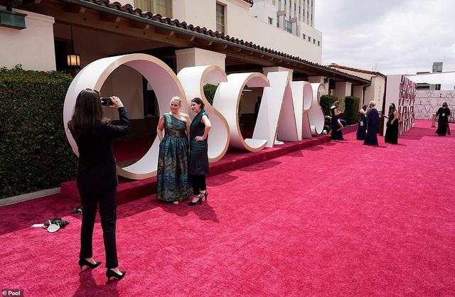 Minh tinh Hollywood mặc váy khoe ngực phẳng lì trên thảm đỏ Oscar 2021 - 36