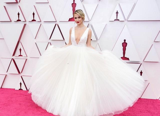 Minh tinh Hollywood mặc váy khoe ngực phẳng lì trên thảm đỏ Oscar 2021 - 25