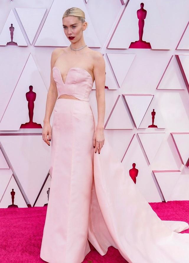 Minh tinh Hollywood mặc váy khoe ngực phẳng lì trên thảm đỏ Oscar 2021 - 3