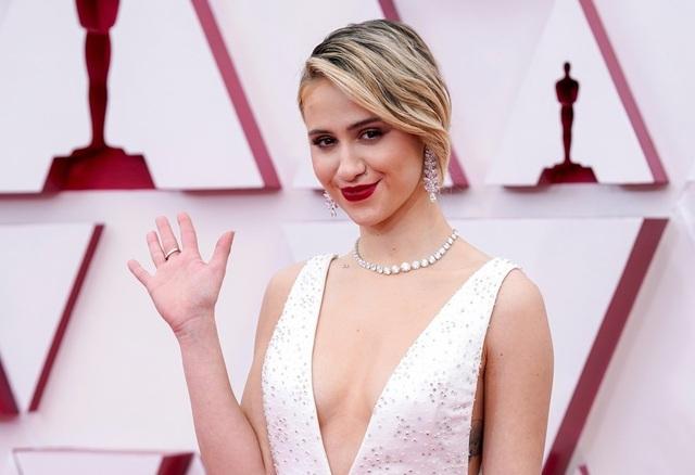 Minh tinh Hollywood mặc váy khoe ngực phẳng lì trên thảm đỏ Oscar 2021 - 26