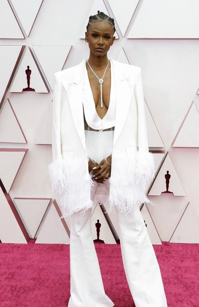 Minh tinh Hollywood mặc váy khoe ngực phẳng lì trên thảm đỏ Oscar 2021 - 30