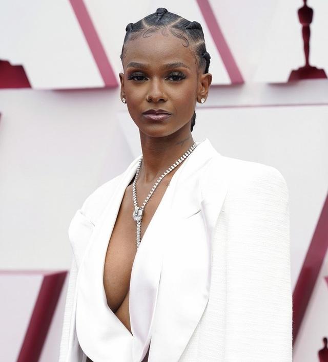 Minh tinh Hollywood mặc váy khoe ngực phẳng lì trên thảm đỏ Oscar 2021 - 31