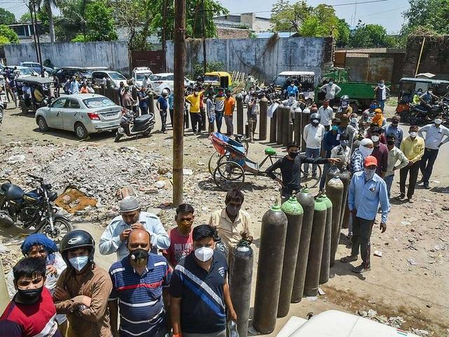 Giá tăng gấp 10 lần, người Ấn Độ quay cuồng trong cơn khát ôxy - 2