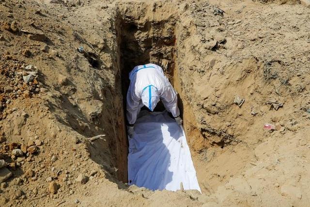 Phu đào mộ kể chuyện bão Covid-19 ở Ấn Độ - 1
