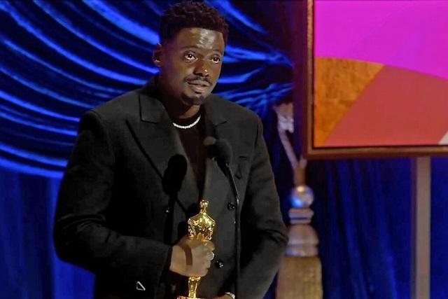 Nam diễn viên lỡ miệng nói chuyện nhạy cảm của cha mẹ khi nhận giải Oscar - 1