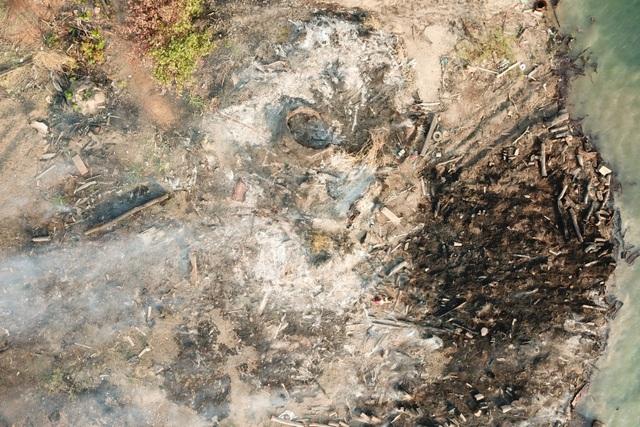 Hàng trăm cây gỗ tại công trường gỗ lậu bị đốt, tẩu tán dưới lòng hồ - 6