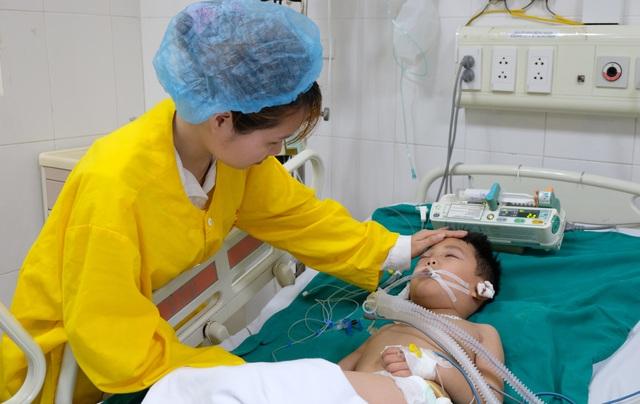 Tai nạn dồn dập, người mẹ trẻ ngã khụyu cầu xin sự sống cho chồng, con - 4