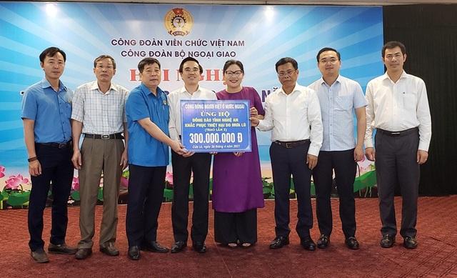 Ông Lương Quốc Huy - Chủ tịch Công đoàn Bộ Ngoại giao Việt Nam trao tặng món quà do kiều bào người Việt ở nước ngoài ủng hộ, hỗ trợ đồng bào Miền Trung.
