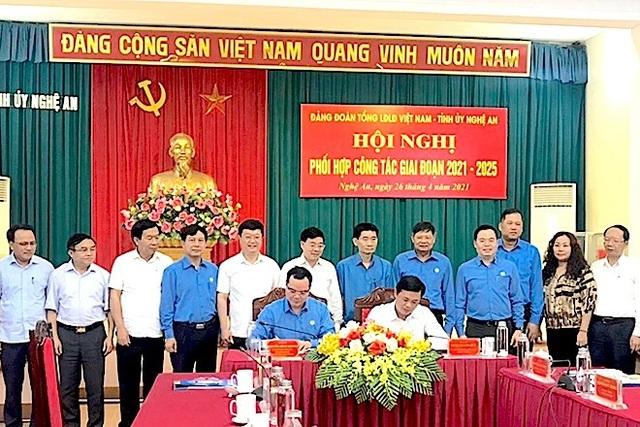 Ông Thái Thanh Quý - Bí thư Tỉnh ủy Nghệ An và ông Nguyễn Đình Khang ký kết Chương trình phối hợp công tác giữa Đảng đoàn Tổng LĐLĐ Việt Nam và Ban Thường vụ Tỉnh ủy Nghệ An, giai đoạn 2021-2025.jpeg