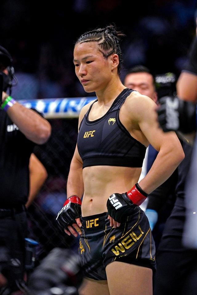 Nữ võ sĩ Trung Quốc khóc lặng sau khi bị đối thủ hạ knock-out bất ngờ - 2